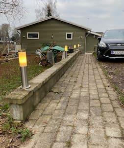 Goed verlicht pad naar de ingang