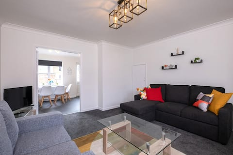 3 bed house-parking-sleeps up to 6 or 7!
