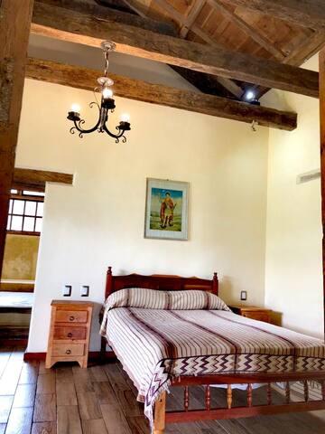 Habitación con cama matrimonial,