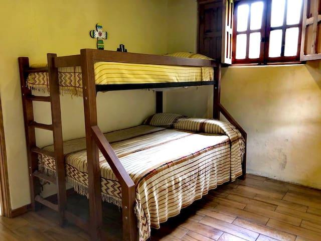 Habitación con litera de cama matrimonial e individual.