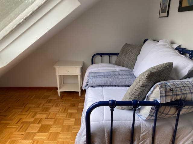 Upstairs bedroom: twin bed with twin trundle
