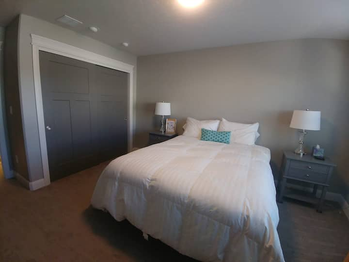 Spacious private bedroom/bathroom Near Airport