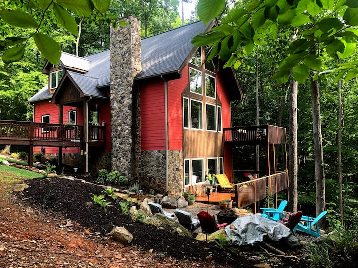 Wooded Mtn Chalet – Alluring Coveside Escape