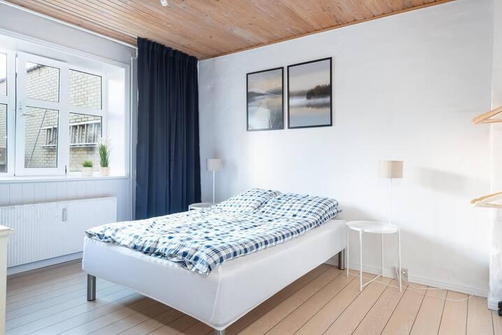 Soveværelse med 140 cm bred seng