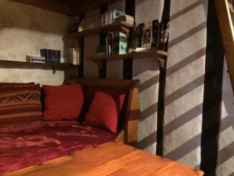 Habitación mansard en casa encantadora de piedra