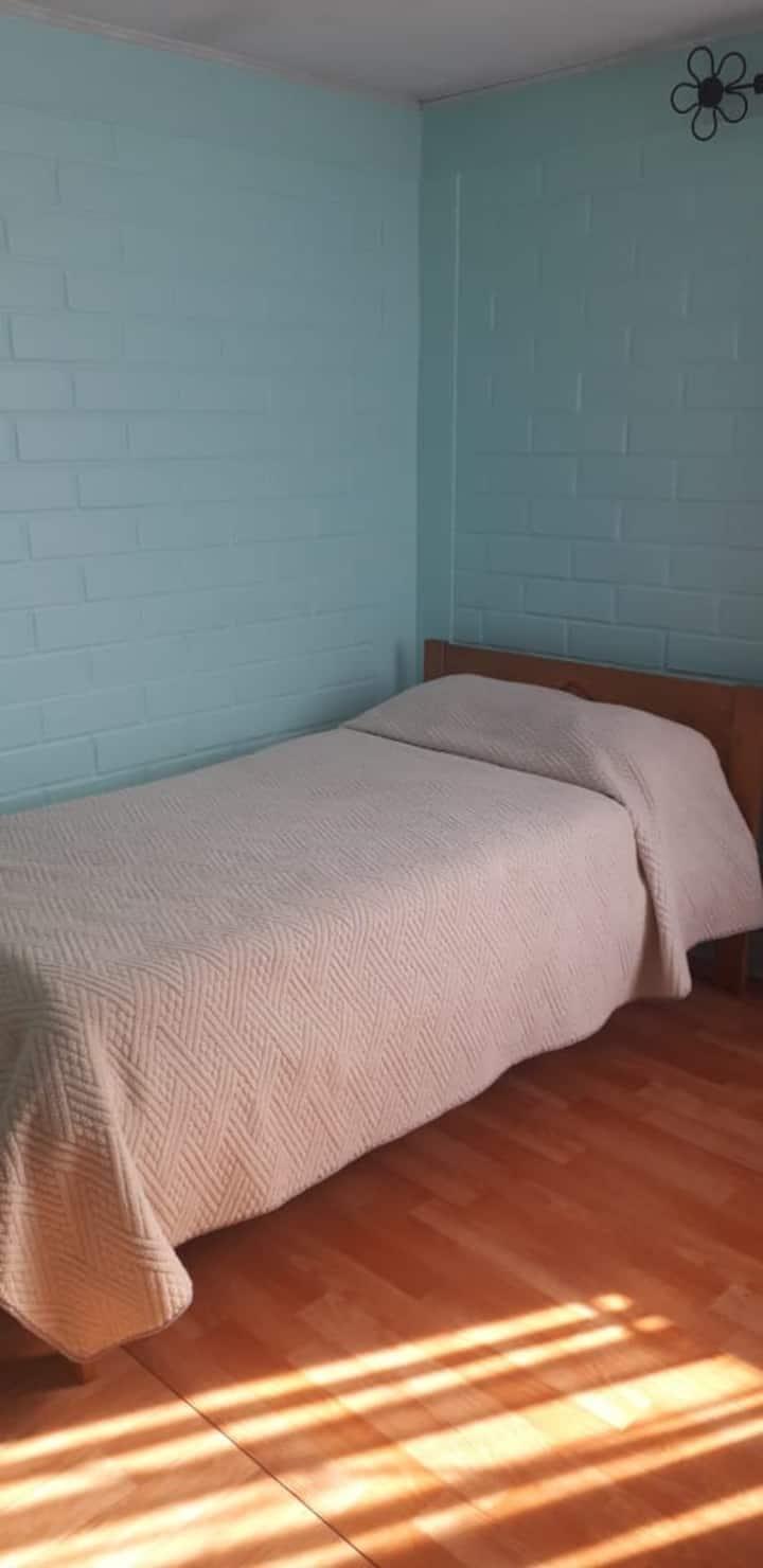 Habitación cálida y tranquila, como en tu casa.