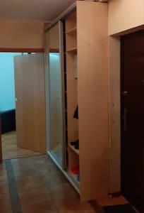 Широкий коридор между комнатами и кухней