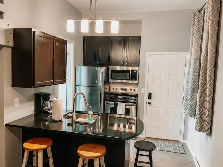 Cool Studio Apartment: Sleeps 4, Full Kitchen
