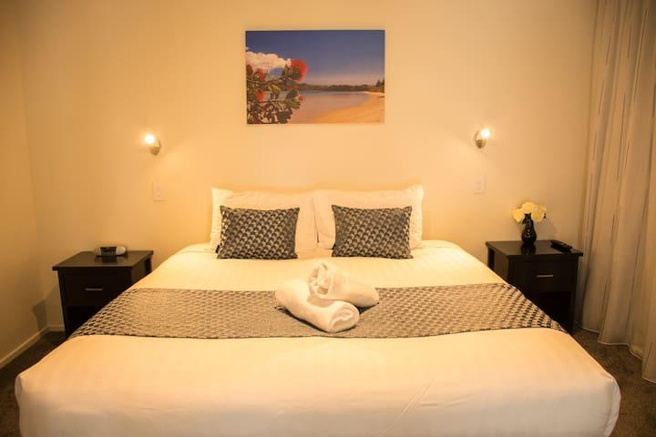 Tekapo Luxury Apartments - Superking bedroom