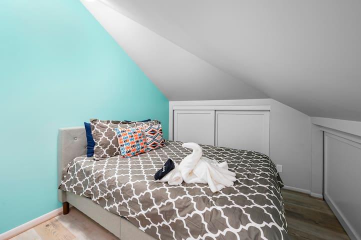 Queen bed in 3rd bed room