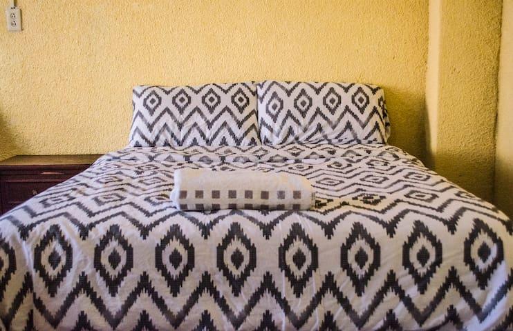 Recamara principal, las dos son camas matrimoniales, cómodas.