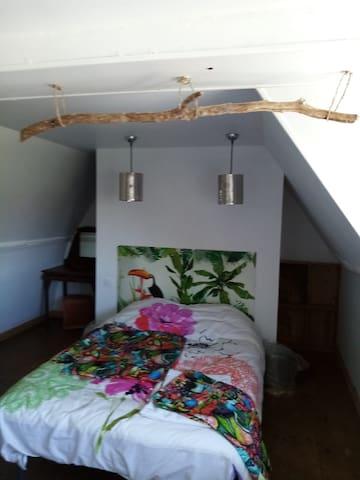 La chambre dispose d 'un lit 140 / 190cm , les draps et serviettes de toilette sont fournis.