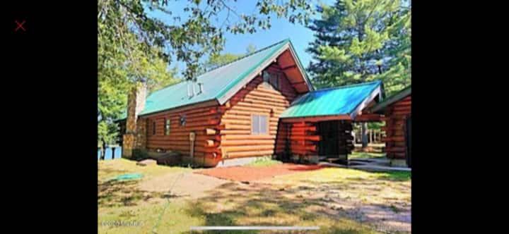 Cozy Lakefront Log Cabin-Sleeps 10