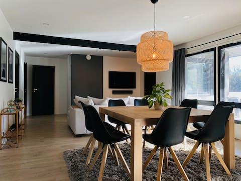 Moderni asunto  porealtaalla ja saunalla ✨