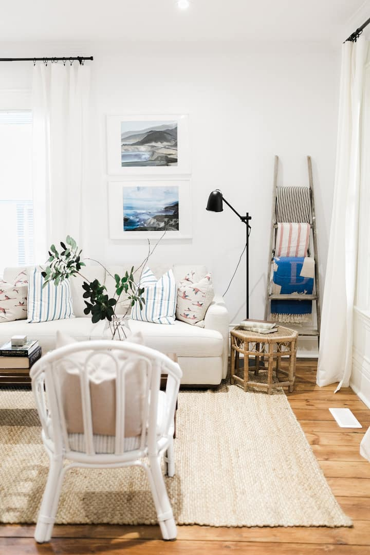 Cozy Downtown Carriage House