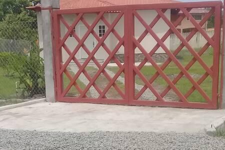 El auto puede acercarse totalmente a la entrada de la casa.