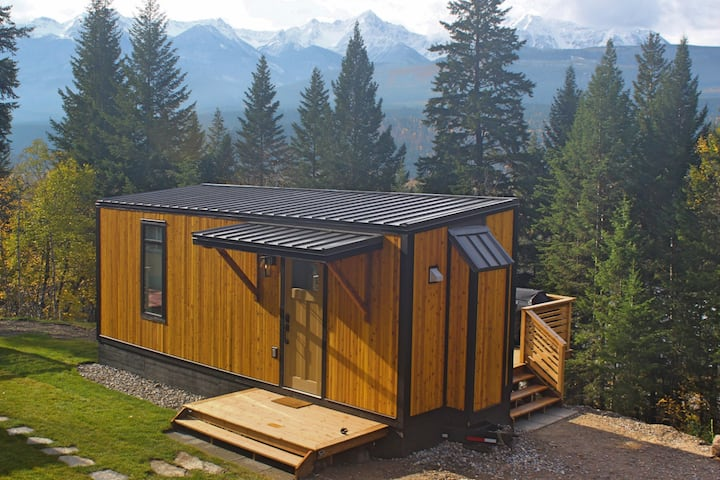 Golden Kicking Horse Tiny House (Warm, Cozy, Wifi)