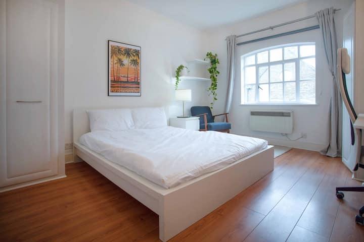 Large room with big window in idyllic Wapping