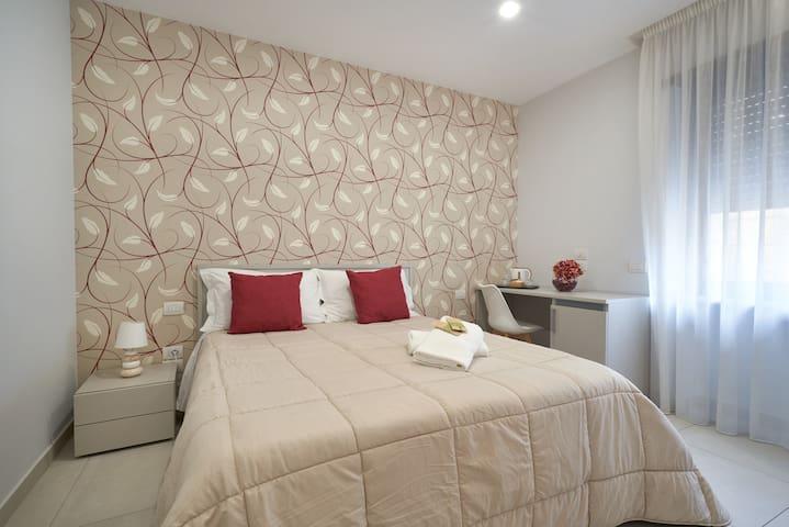 Camera doppia con finestra e bagno privato.  Dotata di aria condizionata, bollitore elettrico, asciugacapelli e kit cortesia.