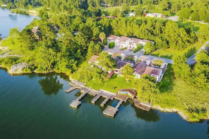 Escape to Dockside - Lakefront Villa on Livingston