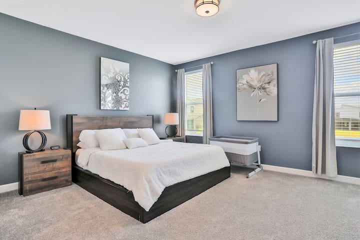 Master Bedroom - King Size Bed - Linen Included - ensuite bathroom