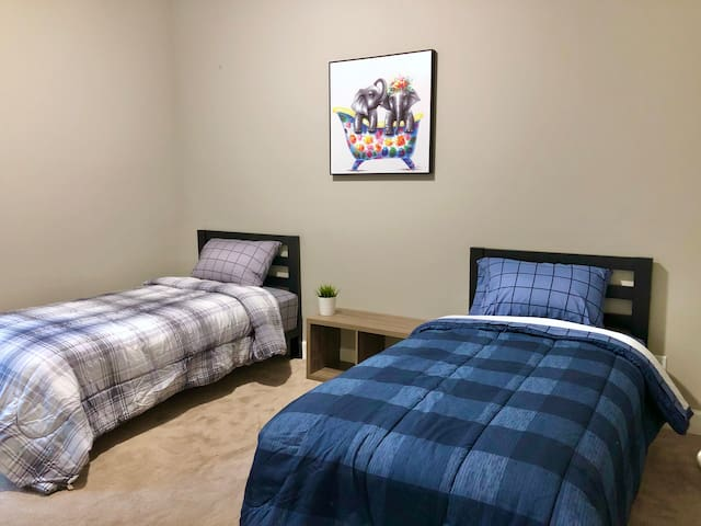 Bedroom 2 with 2 twin beds