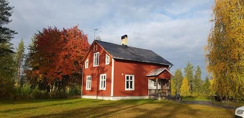 En rød lille hytte i Norrbottenspärla.