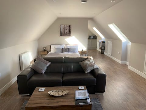 Lincs self-contained flat in extensive gardens