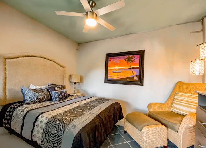 No Extra Fees ! Downtown & 5 blocks from the beach