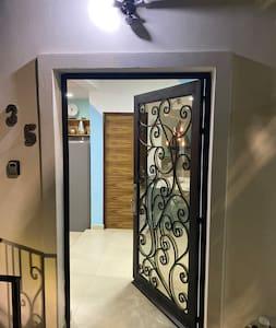 Español: Puerta de acceso al departamento con luz exterior con sensor de movimiento.  English: Access door to the apartment with exterior light with motion sensor