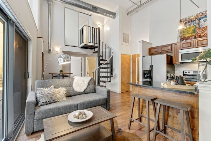 High Ceilings 2BR+Parking+Gym+Wifi l The TOWER APT