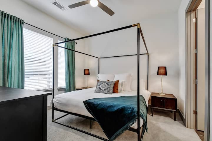 2BR Stylish Getaway | Riverwalk | Free Parking