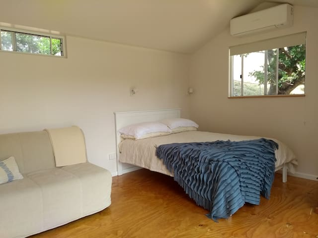 Air conditioner is by the bed above the end window