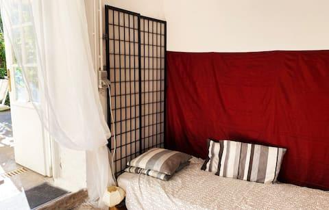 Tren istasyonunun yakınında küçük, bağımsız yatak odası