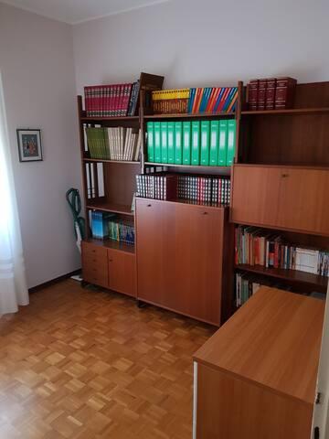 Camera singola con armadio-letto al primo piano.