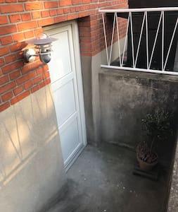 Efter indgang af havelågen belyses trappenedgangen af lampe lige fremme ved kælderdøren, 7 trin ned  af trappe.