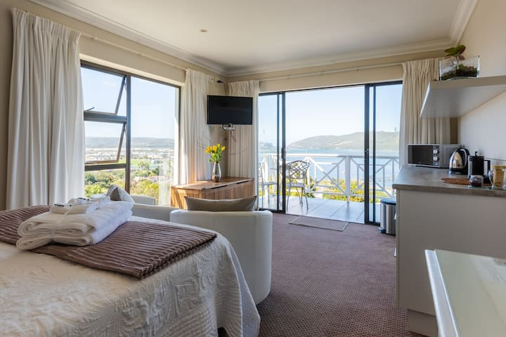 Loerie Suite at 6 on Protea overlooking the Heads