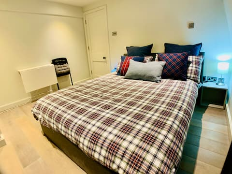 R2. TV + Cosy Room in  Soho / Piccadilly Circus
