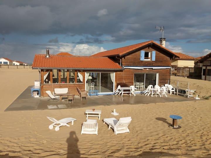 Villa sur  dune  landaise, entre mer et forêt.