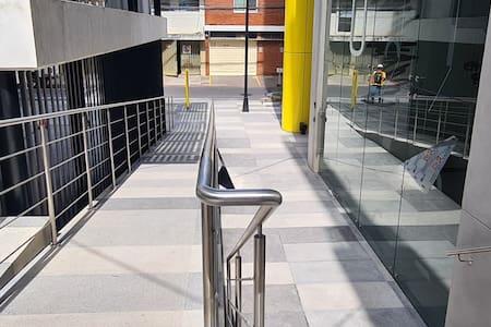 Área externa de ingreso al edificio
