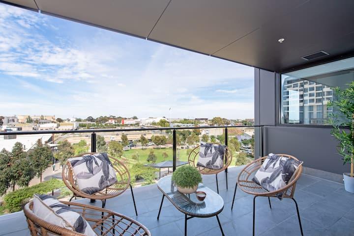 The Bowdenian - Stylish Skyline Views & Parking