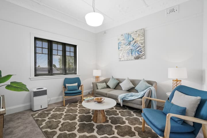 Ashfield Renovated 3 Rooms House Near Station
