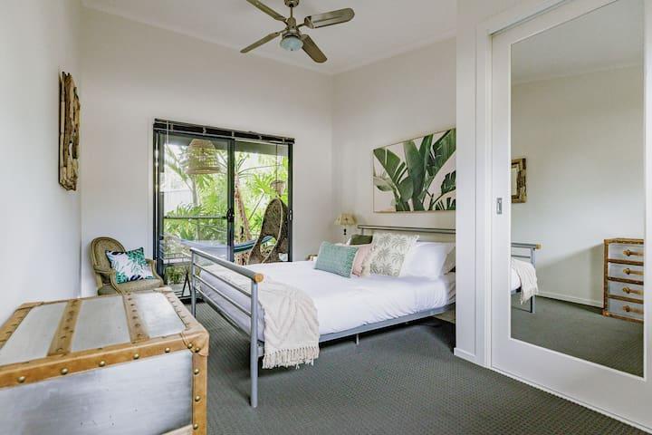 Queen bedroom with doors to the alfresco area and ensuite