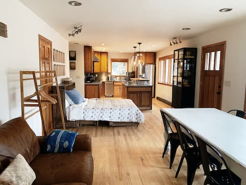 Vacation With A Mountain View & Large Kitchen!