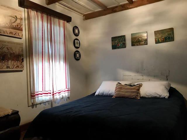 Quarto arejado, com janela ampla e cama de casal