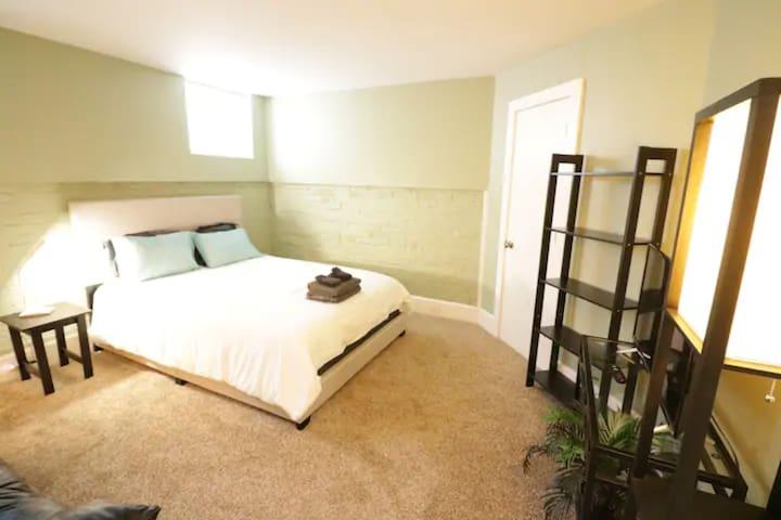 Master Suite w/ Queen Bed