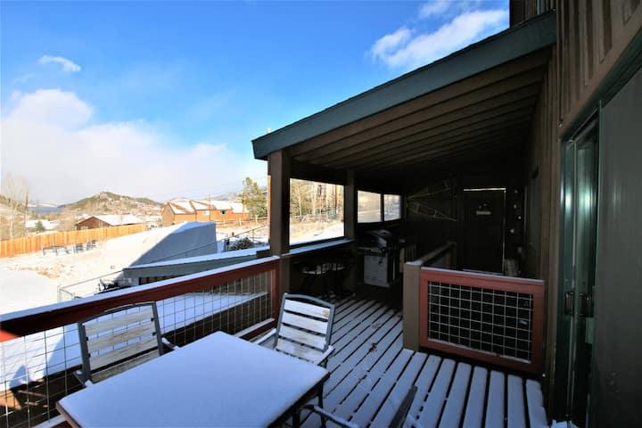 Cabin, Mtn views, hot tub, deck, trail access