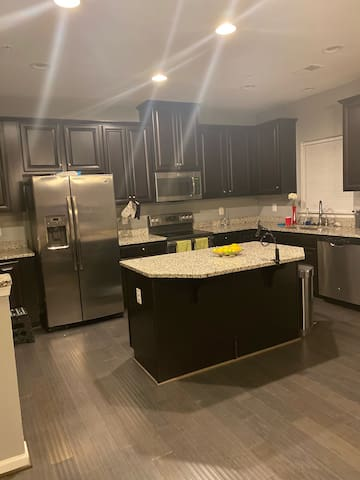 #4 Cozy Modern Townhome Renting Private Room -KING