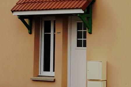 L'entrée possède un petit nez de marche de 1 centimètres, idem pour l'accès au jardin...