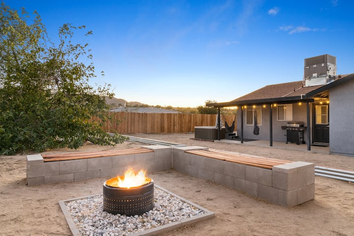 Live Centered w/ Hot Tub, Fire Pit In Joshua Tree